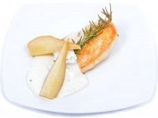 Grillezett csirkemell fehérboros körtével és kéksajt szósszal