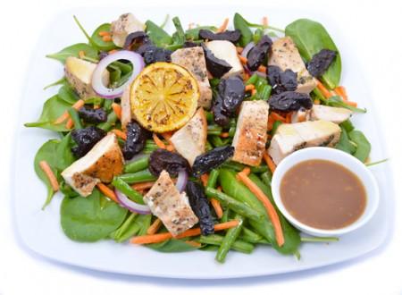 Aszaltszilvás csirkemell saláta kapribogyóval és ceruzababbal