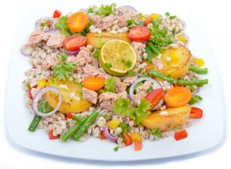 Árpagyöngy saláta tonhallal és pirított burgonyával